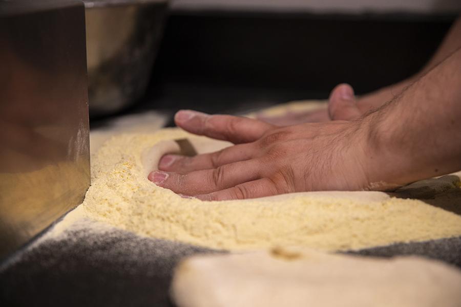 Pâte à pizza façonnée à la main - La Rotonde - Restaurant Aix-en-Provence