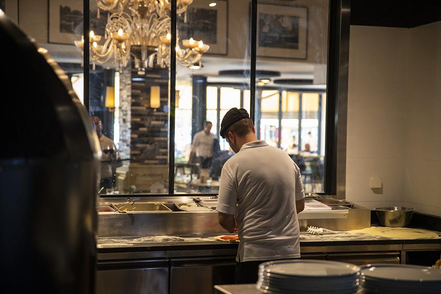 Pizzaïolo en cuisine - La Rotonde - Restaurant Aix-en-Provence